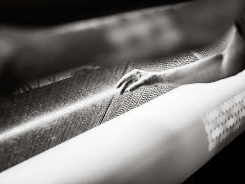 Photo d'une atelière qui surveille les fils en traind e s'entrecroiser pour créer une percale de coton