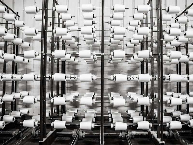 Photo des bobines de fils nécessaires au tissage d'un tissu en percale de coton